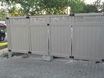 Full privacy vinyl fencing with latticeinstallation in new
